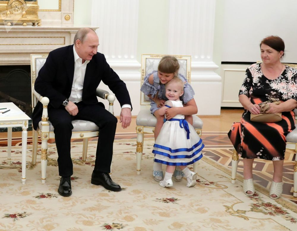 2019年7月25日,俄罗斯联邦总统普京在克里姆林宫接见伊尔库茨克州洪灾受害家庭。俄罗斯联邦总统邀请伊尔库茨克州洪灾受害者来索契的总统办公厅达莫梅斯疗养中心疗养。
