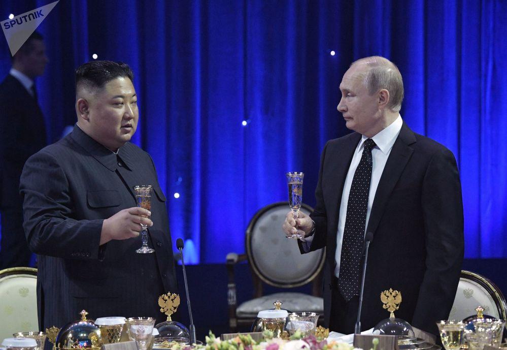 2019年4月25日,俄在远东联邦大学符拉迪沃斯托克校区举行的会谈结束后,俄罗斯联邦总统普京为朝鲜国务委员会委员长金正恩举行正式的招待会。