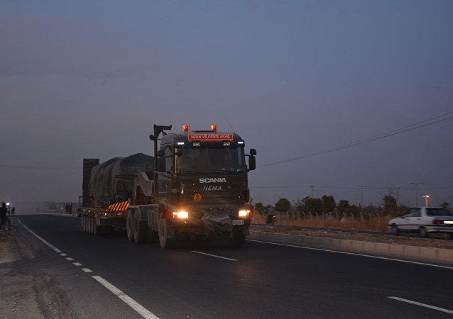 土耳其向與敘利亞接壤的邊境運送坦克和榴彈炮