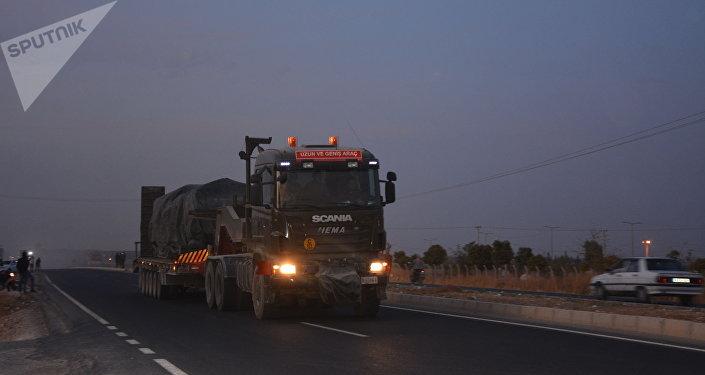 土耳其向与叙利亚接壤的边境运送坦克和榴弹炮