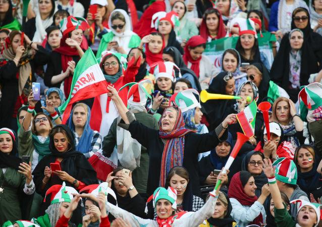 几十年来伊朗女性首次被允许观看球赛