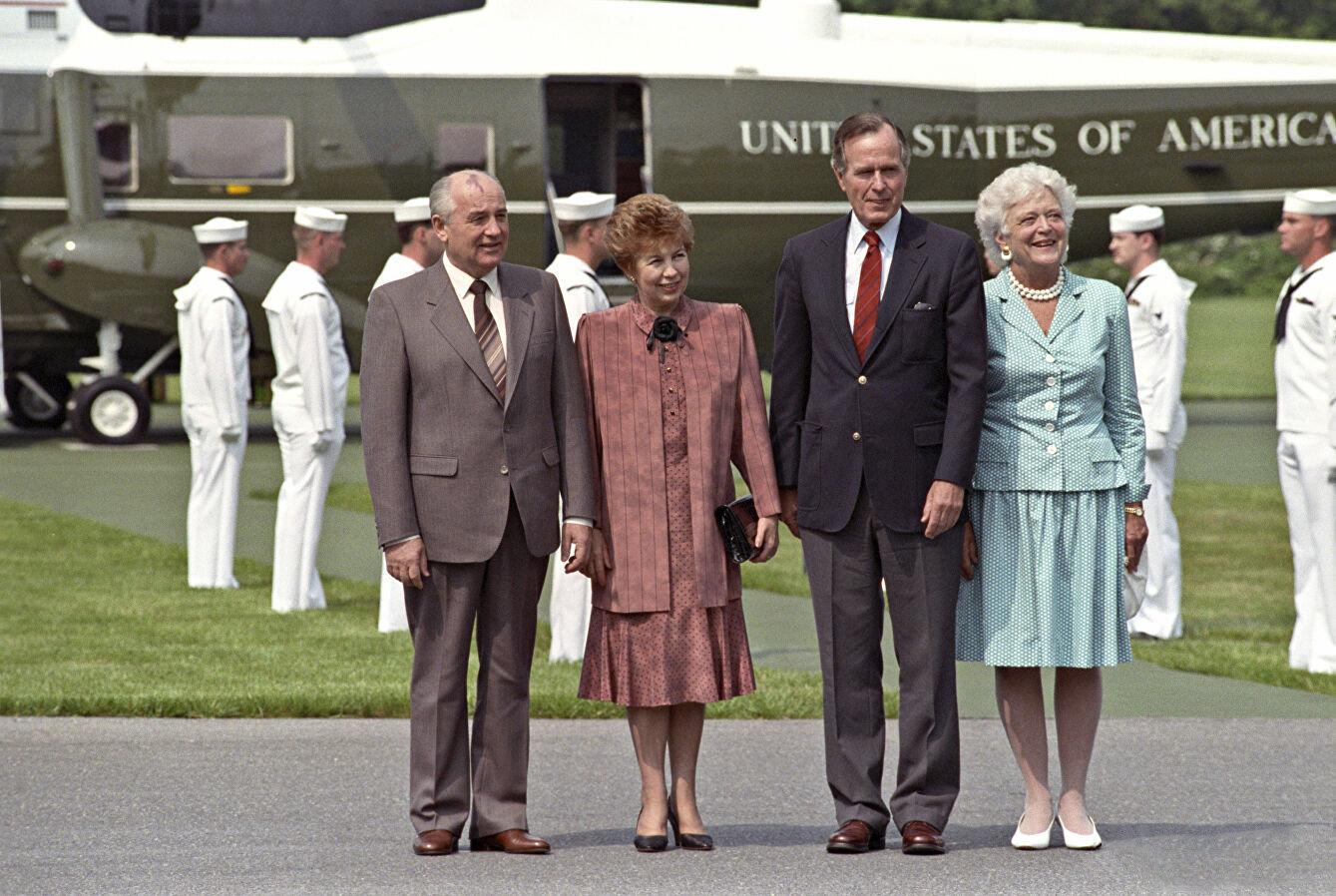 米哈伊爾·戈爾巴喬夫及夫人賴薩·馬克西莫夫娜與喬治·布什及夫人芭芭拉在美國總統位於戴維營的郊區官邸