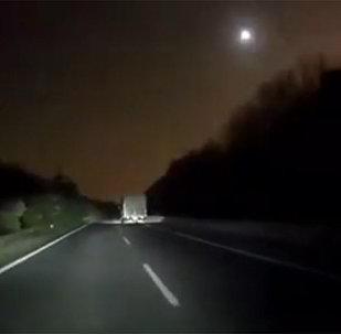 中国上空陨石坠落亮如白昼