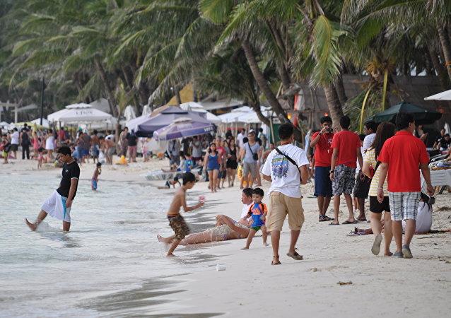 """台湾游客因在菲律宾度假岛戴""""绳""""被罚"""
