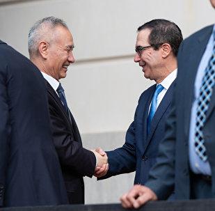美国财政部长姆努钦(右二)和中国国务院副总理刘鹤(左二)