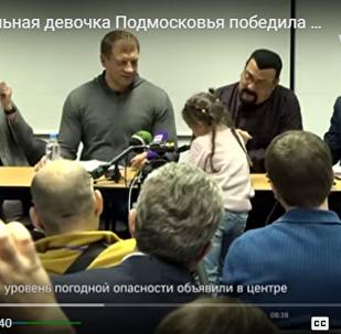 俄9岁女孩向美国演员斯蒂芬·西格尔展示引体向上绝活