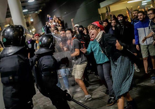 西班牙加区大罢工的骚乱致近90人受伤