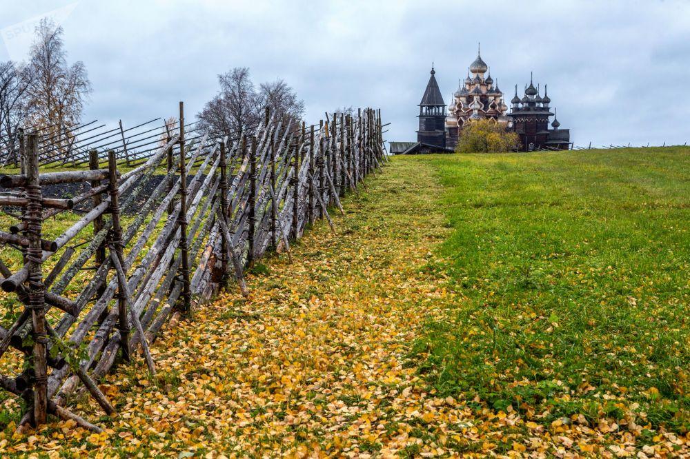 扎奥涅加的秋天:宁静的木制教堂和湖泊