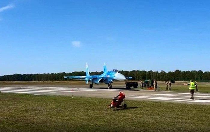 网络爆出乌克兰苏-27战斗机吹跑人的视频