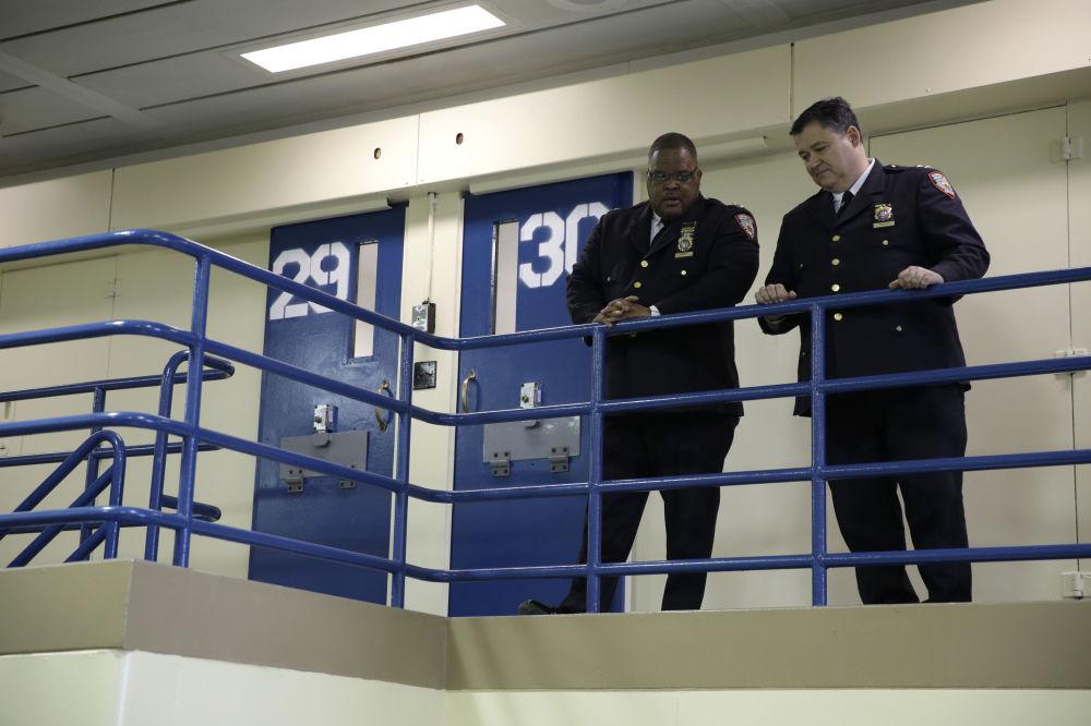 等待记者会开始的赖克斯岛监狱的工作人员