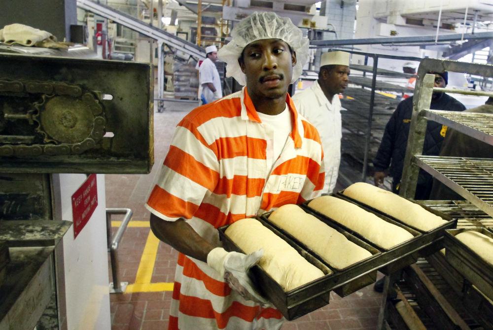 世界最大监狱——赖克斯岛监狱里面包店中的一个囚犯