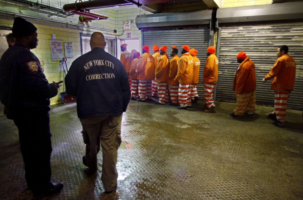 完成面包店早班工作离开面包店的囚犯们