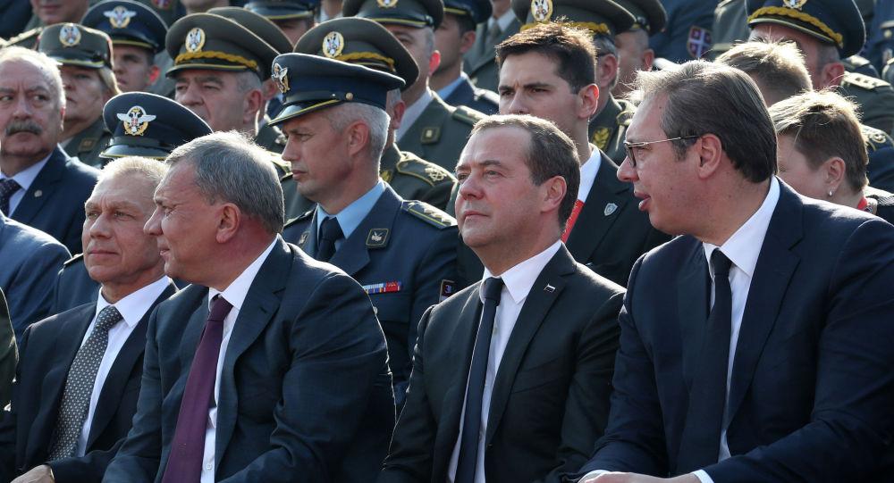 梅德韦杰夫与塞尔维亚总统出席贝尔格莱德军事装备检阅