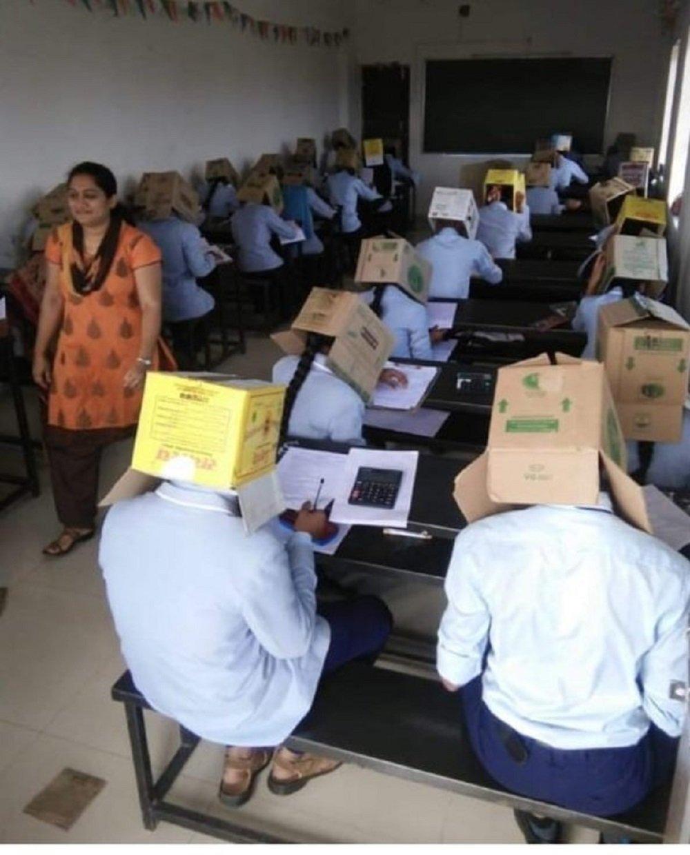印度高校為防作弊讓學生頭戴紙箱參加考試