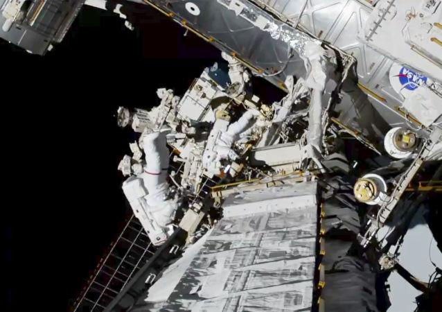 美制密閉飛行服在太空行走期間發生洩漏
