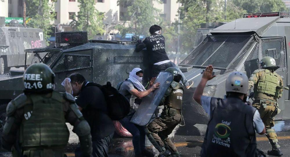 智利警方驅趕示威者(資料圖片)