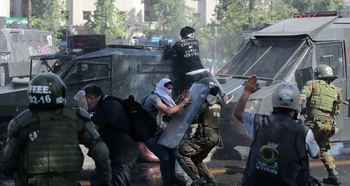 智利警方驅趕示威者