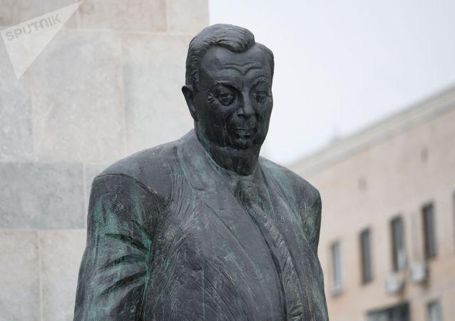 普京在莫斯科為普里馬科夫像揭幕