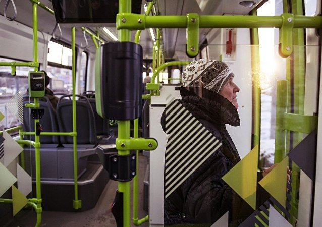 Пассажир в салоне частного трамвая Чижик на маршруте от Хасанской улицы до Ладожского вокзала в Санкт-Петербурге.