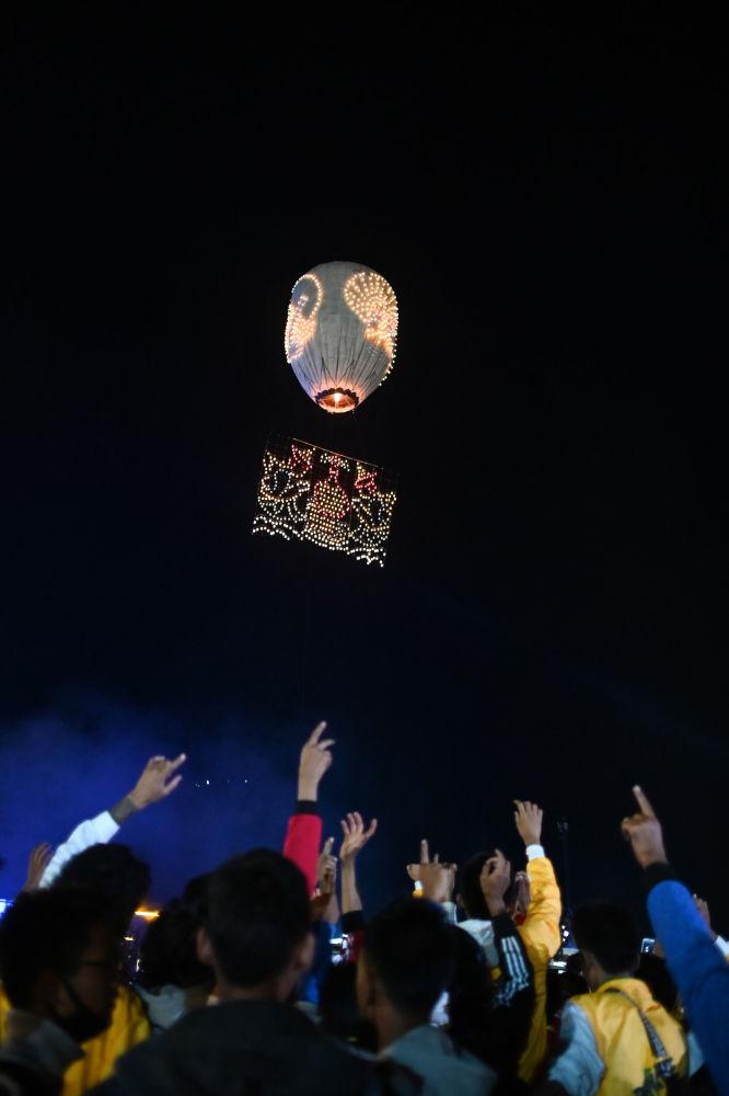 在緬甸「光明節」(熱氣球節)上放出燈籠