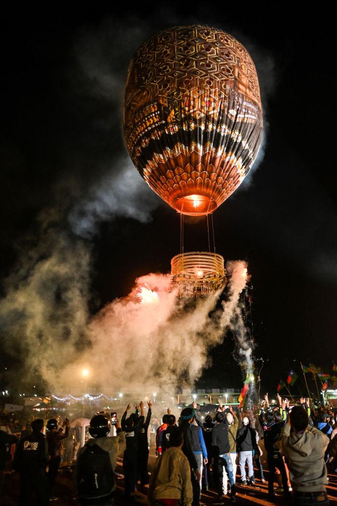 """缅甸""""光明节""""上的气球升空"""