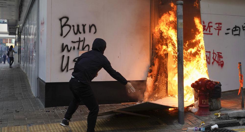 香港示威者在理工大學附近縱火焚燒