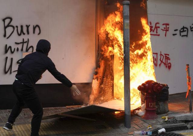 香港示威者在理工大学附近纵火焚烧