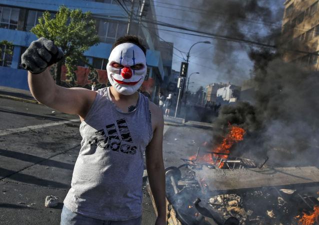 智利抗議者火燒賓館並攻擊阿根廷駐聖地亞哥大使館