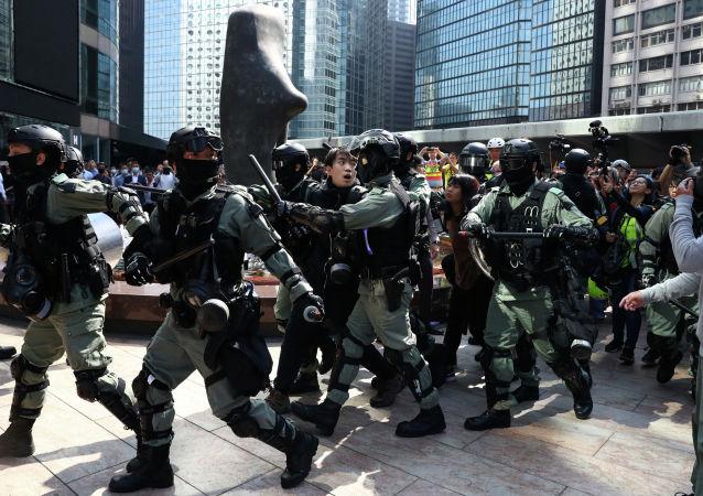 香港警方拘捕占据理工大学的四百余名抗议者