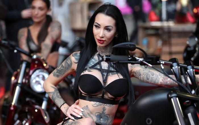 比利时布鲁塞尔纹身大会上的模特。