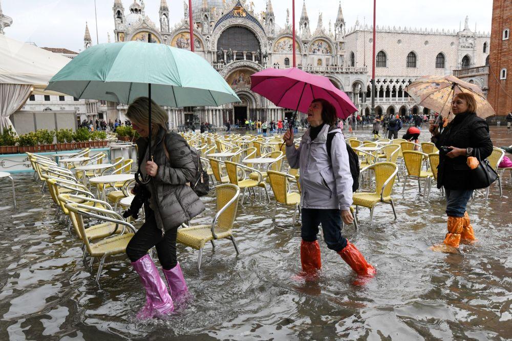 威尼斯水灾期间圣马可广场上的游客