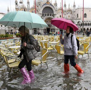 威尼斯水災期間聖馬可廣場上的遊客