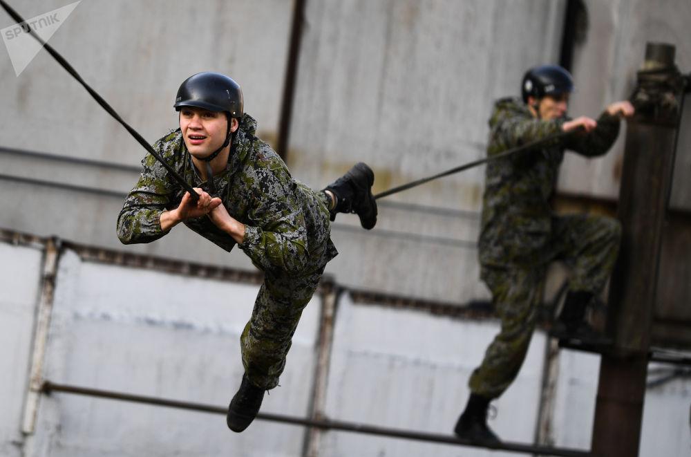 在展示表演期间执行任务的俄罗斯联邦特种部队成员。