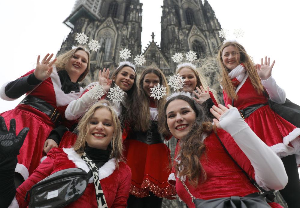科隆狂欢节期间盛装的年轻女孩们。