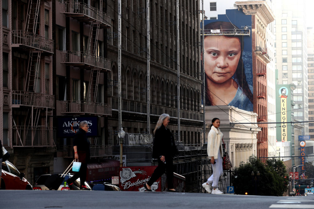 加利福尼亚州圣弗朗西斯科市房屋上的瑞典气候活动家格蕾塔·通贝里的肖像。