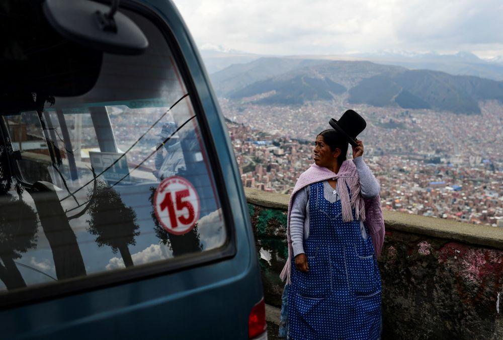 玻利维亚从埃尔阿尔托到拉巴斯的路上。