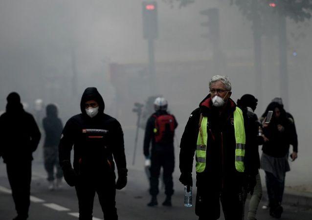 """巴黎""""黄马甲""""示威活动"""