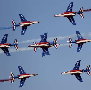 「法蘭西巡邏兵」飛行表演隊在2019年迪拜航展的表演。