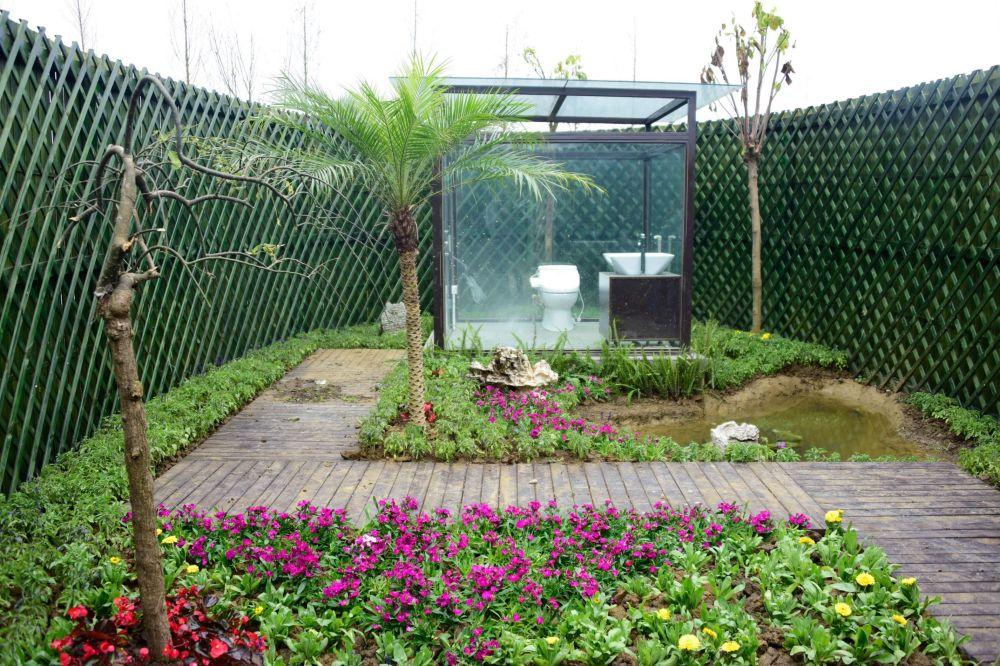 中國西南部安龍縣公園內的環保透明廁所