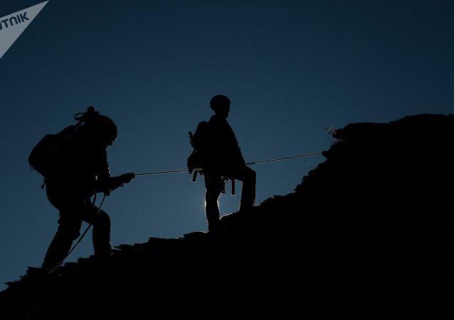 英国盲人攀岩者征服137米老人岩