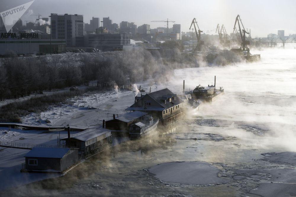 新西伯利亞鄂畢河上的系泊駁船和咖啡館