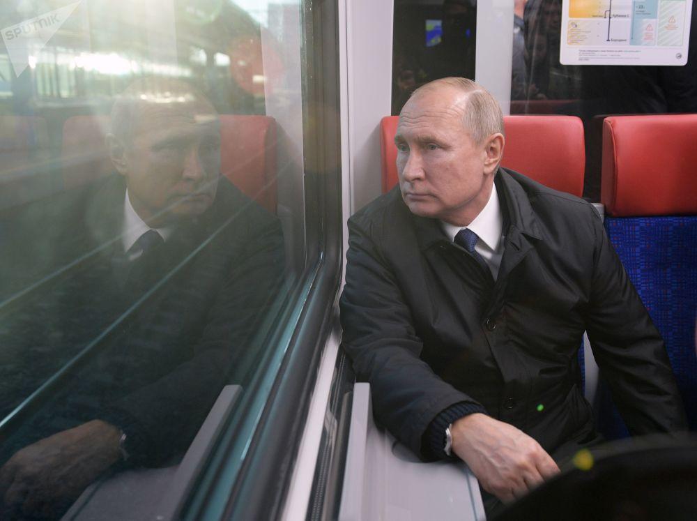 弗拉基米爾·普京乘坐莫斯科中央環線的國產「黃鶯」列車