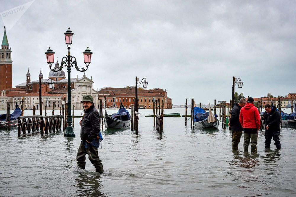 洪水期間威尼斯街道上的行人