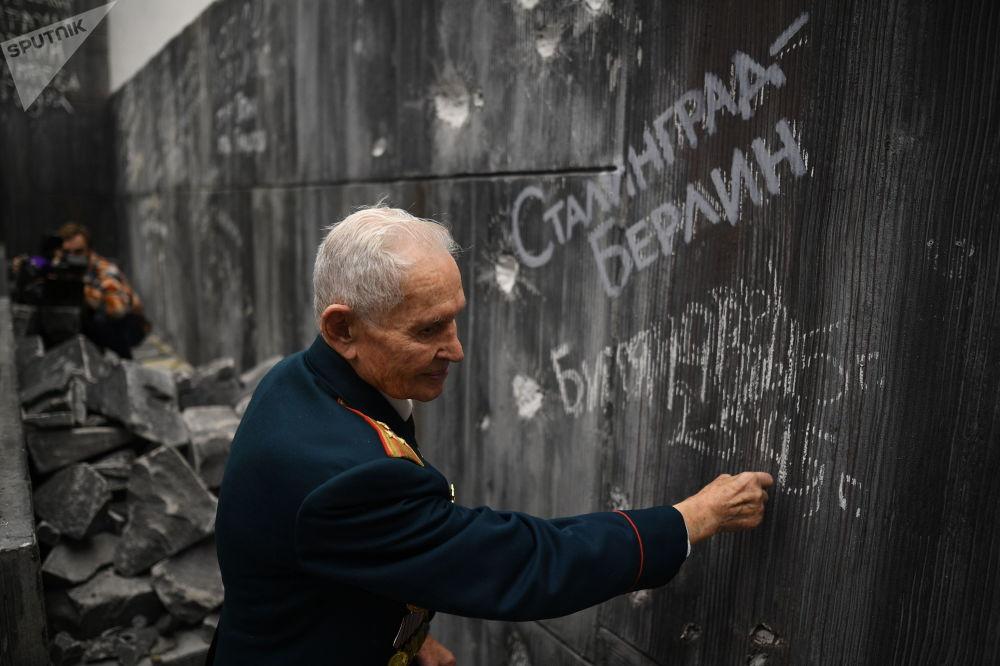 第二次世界大戰的老兵羅斯蒂斯拉夫·德米特里耶維奇·比加諾夫在國會大廈歷史藝術全景牆「柏林戰役」上題詞