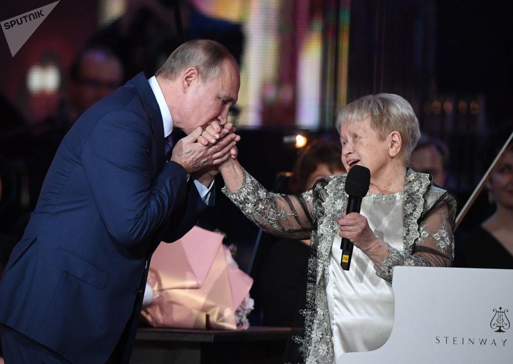 俄羅斯總統弗拉基米爾·普京在作曲家、蘇聯人民藝術家亞歷山德拉•帕赫穆托娃的週年紀念晚會上