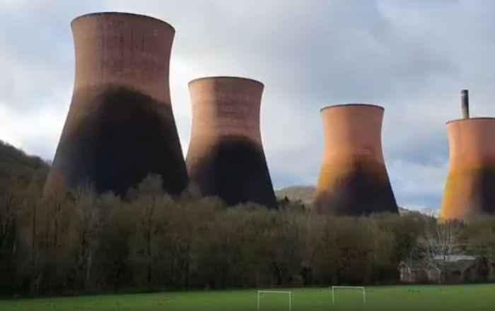 電站冷卻塔被拆毀的宏大場景被拍下