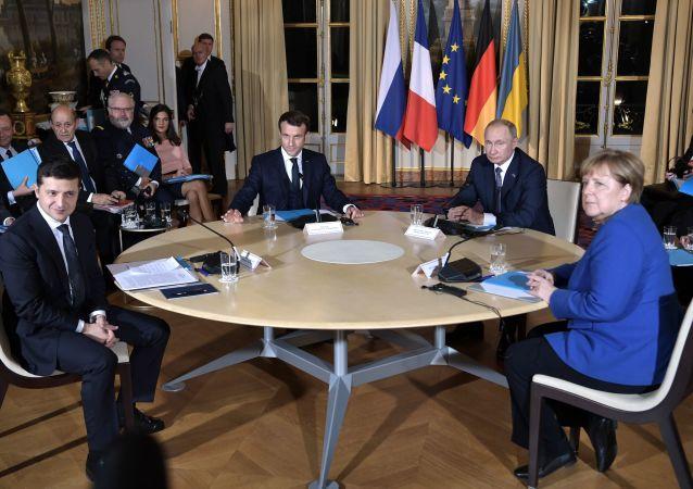 俄羅斯總統普京(右二)和烏克蘭總統澤連斯基(左一)