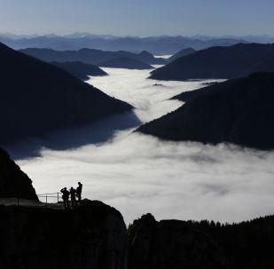 德國阿爾卑斯山的霧中山谷
