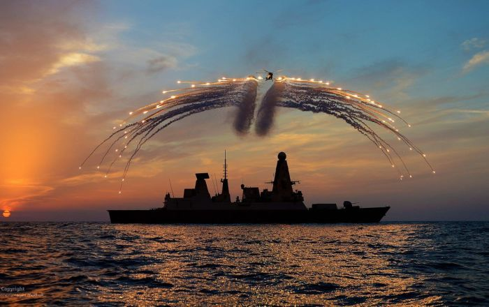 英國「飛龍」號驅逐艦與「韋斯特蘭山貓」直升機參加演習。