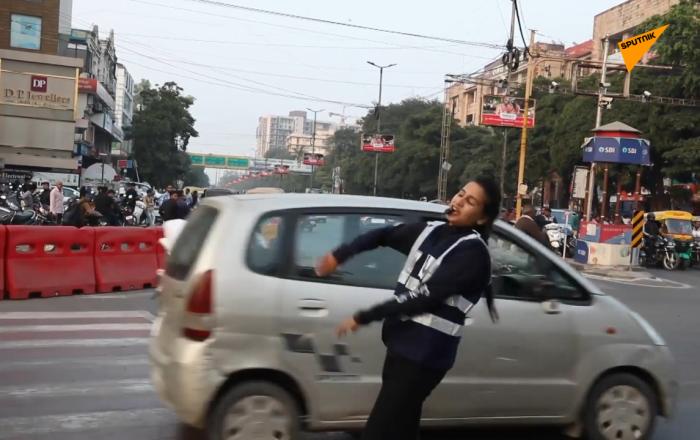 邊跳舞邊指揮交通  印度女志願者走紅網絡